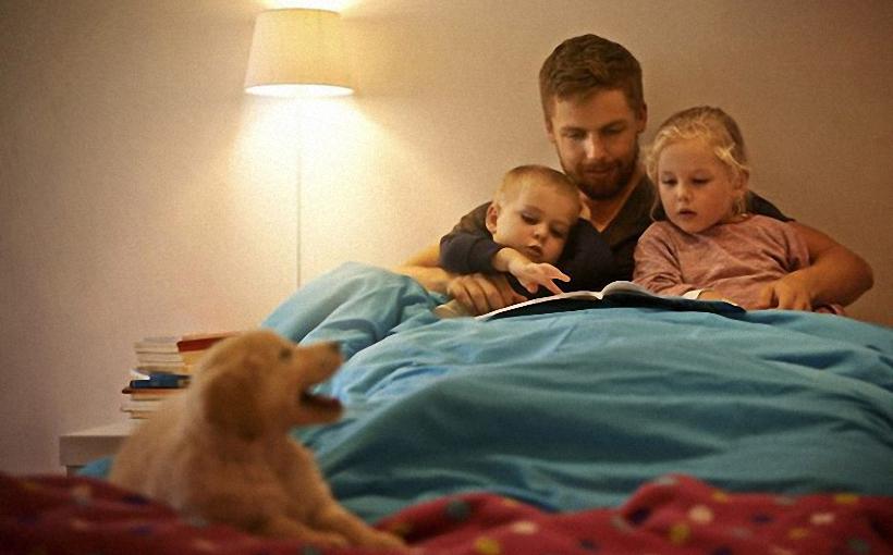 Vaikai-geriau-vystosi-kai-pasakas-prieš-miegą-skaito-tėvas